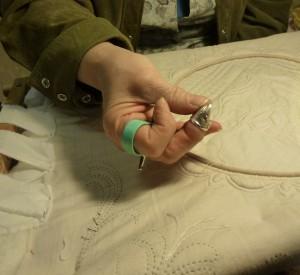 инструменты для ручной стёжки - напёрсток и приспособление для вытаскивания иглы