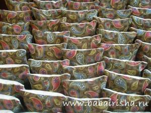 заготовки для одеяла разложены по цветам,odeylo