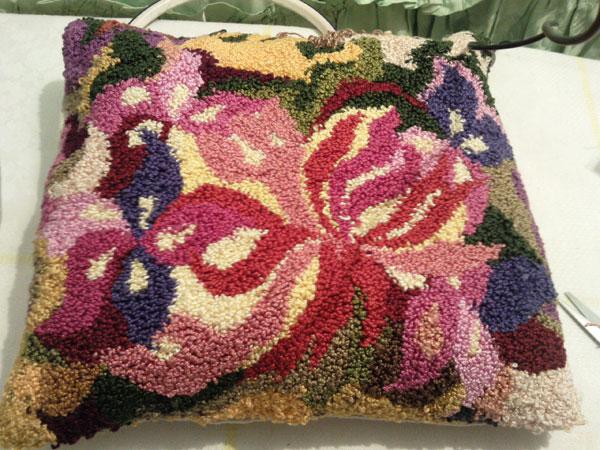 Подушка в технике ковровая вышивка
