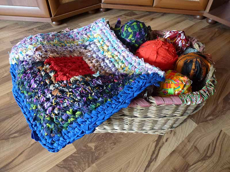 полоски ткани для вязания коврика